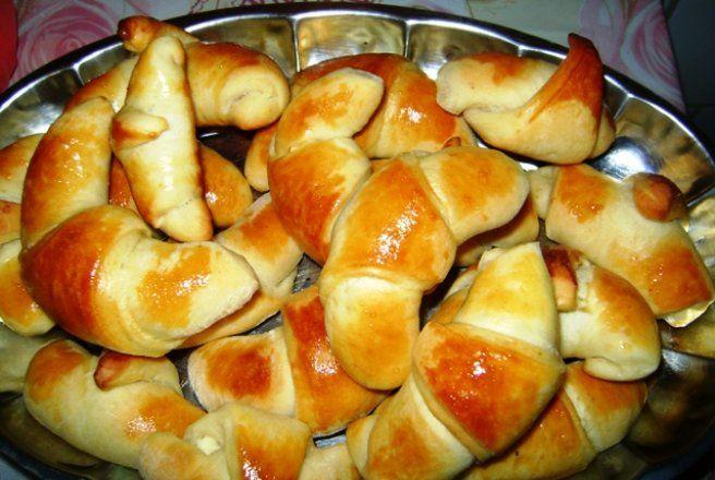 Retete Culinare - Cornuri pufoase cu branza