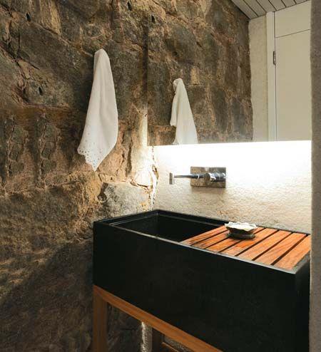 Lavabo Decorado com Revestimento de Pedras rusticas e lavatorio com detalhes de madeira