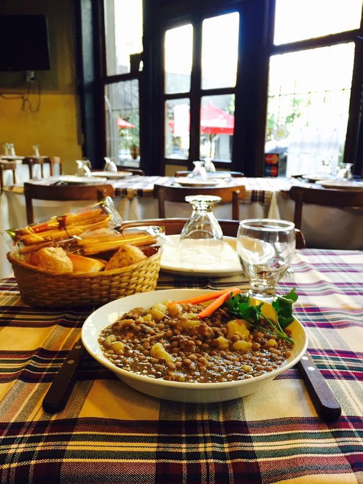 Os bodegones de Buenos Aires são um verdadeiro clássico da cidade. Eles são o melhor local para fazer uma refeição como um verdadeiro portenho. Bom apetite!
