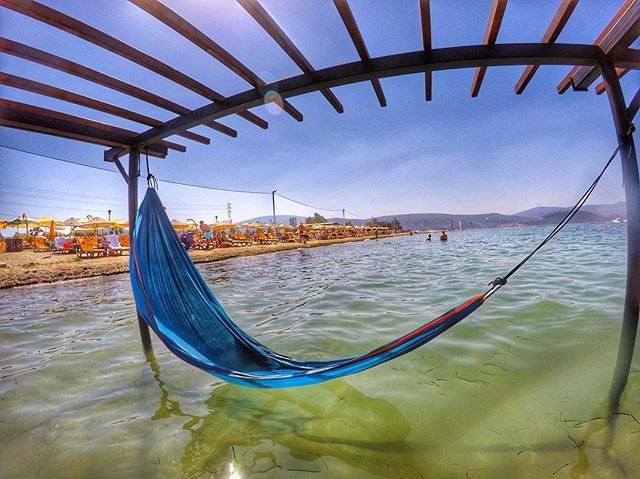 """""""""""Bir güvercin gibi ak o gizli kıyıda susadık öğle üzeri: ama tuzluydu sular.Sarı kumların üstüne adını yazdık onun, ama bir rüzgâr esti denizden ve silindi yazılar.Nasıl bir ruh, bir yürek, nasıl bir istek ve tutkuyla yaşadık:yanılmışız!  Değiştirdik öyle yaşamayı."""" Yorgo Seferis - Urla #türkiye #turkey #izmir #urla #içmeler #beach #hamak #surfing #agean #ege  #bay  #skyview #travelling  #plaj #umrella #instatravel  #lovefromturkey  #fotograf #igtravel #turkinstagram #turkishfollowers…"""