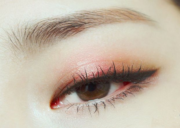 赤がイマドキ♡じわじわキテる「ドファサルメイク」で女度アップ - Locari(ロカリ)  目の中央に赤をのせて、目頭と目尻は茶色にすることで丸い大きい目を作ります。二重幅を少しオーバーするぐらいが◎。  真っ赤にするのは目の際だけにして、アイホールに向かってぼかしてピンク気味にします。まぶたを閉じた時のグラデーションがとても綺麗ですよね!