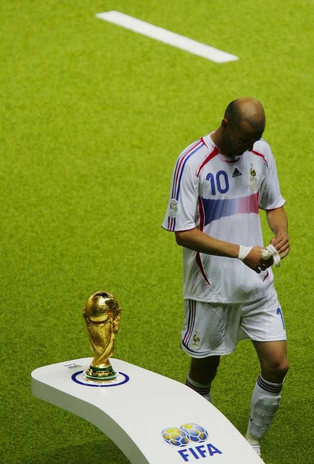 The End Of Zinedine Zidane S Career The Famous Image Of French Hero Zidane Walking Past The World Cup Trophy After World Cup Zinedine Zidane Real Madrid Team
