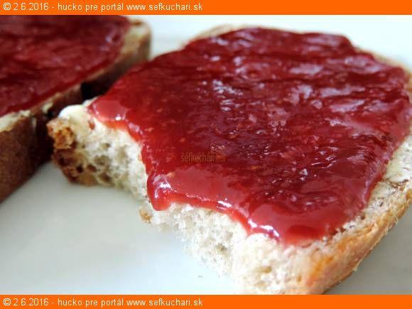 Jahodový džem na čerstvom maslovom chlebíku ... perfektné raňajky Tento recept Vám dáva do pozornosti: Šéfkuchári.sk