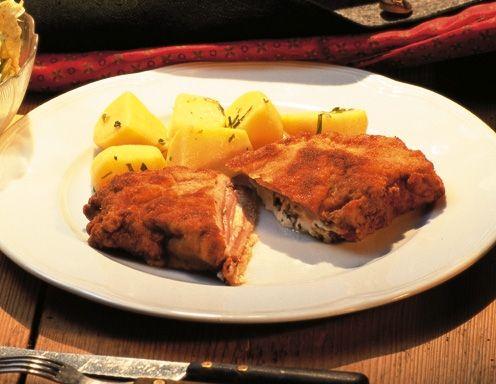 Die Schnitzel (am besten zwischen einer Klarsichtfolie) dünn klopfen und mit je einem Blatt Selchfleisch belegen. Topfen mit den fein gehackten