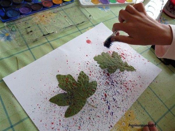Nous avons mis des feuilles d'arbres seché sur une feuille blanche.  Nous avons mis de la peinture sur une brosse à dent et avec le pouce que nous avons passé sur les poils de la brosse ...