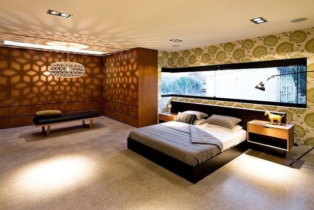 schlafzimmer-fensterfront ausschnitt blumentapete hängeleuchte licht schatten lampenschirm