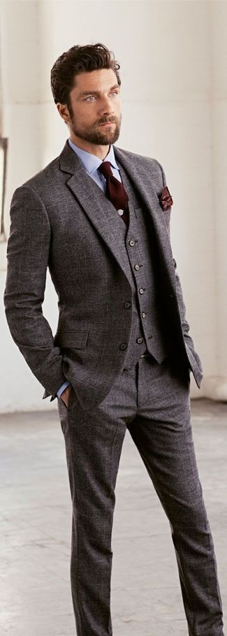 Look de moda: Traje de Tres Piezas de Lana Gris, Camisa de Vestir Celeste, Corbata Marrón Oscuro, Pañuelo de Bolsillo Estampado Marrón Oscuro