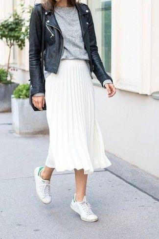 Harmonise une veste motard en cuir noire avec une jupe mi-longue plissée blanche pour une tenue raffinée mais idéale le week-end. Si tu veux éviter un look trop formel, fais d'une paire de des baskets basses blanches ton choix de souliers.
