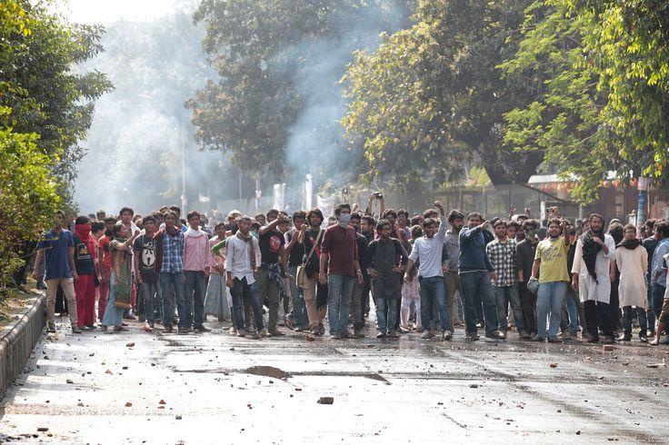 Manifestanti bloccano una strada a Dhaka, in Bangladesh, durante una protesta per chiedere di bloccare la costruzione di una centrale elettrica che danneggerebbe una foresta di mangrovie. La polizia è intervenuta con gas lacrimogeni per disperdere i manifestanti. (Ap/Ansa)