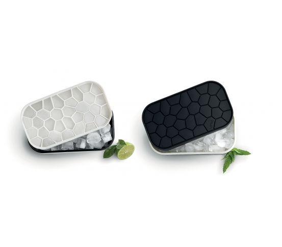 Pojemnik na lód marki Lekue może pomieścić aż 132 kostki lodu. Naczynie jest skonstruowane w taki sposób, aby jednocześnie przechowywać zamrożone kostki i mrozić kolejne.