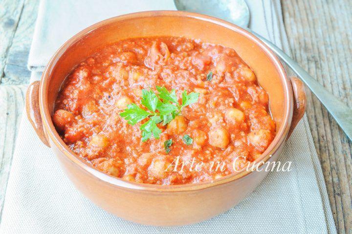 Zuppa di ceci, carne o salsiccia, al pomodoro, ricetta primo paitto facile e saporito con legumi e carne, ricetta per cena o pranzo, piatto proteico e leggero
