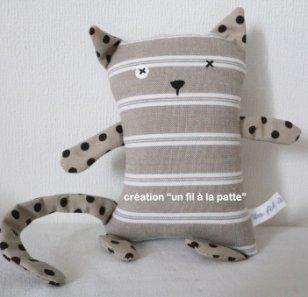 Le chat Trafalgar est un petit doudou en tissus personnalisable selon vos envies et vos goûts. Dans les p'tites boutiques sur Marie Claire Idées .com