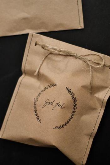 クラフト紙をお好みのサイズにカットしたら、両サイドをミシンで縫って袋状に。穴を開けてリボンを通せば、こんなにかわいいラッピングの完成!縫い糸の色を変えても楽しそう。