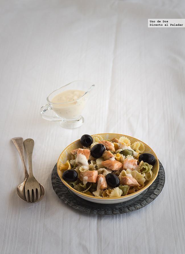 Ensalada de pasta, salmón y salsa ligera al eneldo. Receta