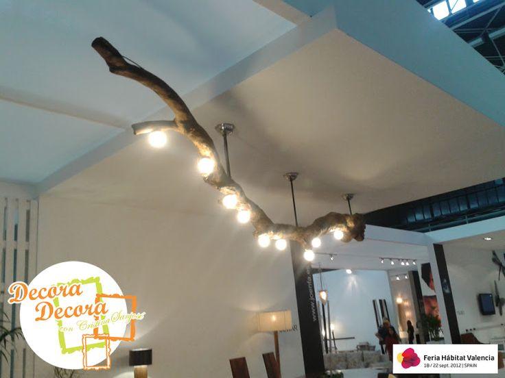una lmpara de techo hecha con un tronco