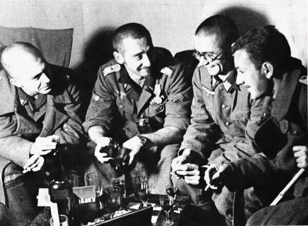 """""""Голубая дивизия"""" Испания не участвовала во Второй мировой войне, но на Восточном фронте воевала """"Голубая дивизия"""", официально состоявшая из добровольцев, отправившихся помогать Германии по собственной воле из идейных соображений. Каудильо отплатил Москве ее же монетой: во время гражданской войны в Испании тысячи советских летчиков и танкистов тоже числились """"добровольцами"""" и даже именовали себя для маскировки """"Мигелями"""" и """"Пабло"""". Испанцы, правда, в Петров и Иванов не перекрещивались. """"Г..."""