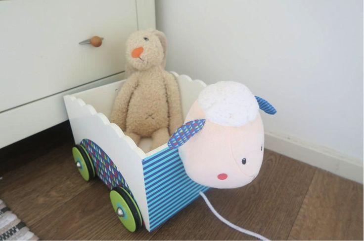 Houten speelgoed: De kledingkast op de babykamer van onze baby! Ik show je de inhoud van haar garderobe kast, de favoriete kledingstukken en handige budgettips en DIY tips! #Budget # Mamablog #babyuitzet # zwanger