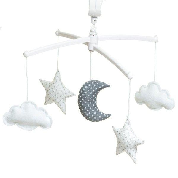 Mobile musical pour lit bébé avec une lune, deux étoiles et deux nuages. Coloris gris et blanc très chic. Ce mobile en tissu et feutrine est vendu avec une potence banche. Mélodie Over the Rainbow.