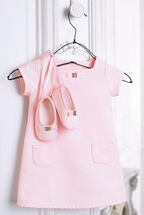 """baby Dior.... evitas  dress!!!    Me rejuvenece.... """"Jardín de cosas"""" fue la 1ª tienda que tuvo en España esta marca y las dueñas éramos Marisol y yo....hace más de 27 años...! Qué tiempos...!!!"""