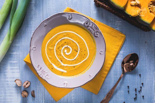 La vellutata di zucca è un delizioso primo piatto autunnale, semplice e genuino, perfetto per coccolarsi nelle sere più fredde