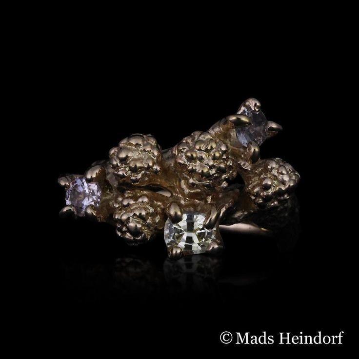 I Skovens mørke sprudler naturens gaver skabt gennem tusinder af år  #myriader #skovkrat #sapphire #goldring #madsheindorf