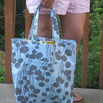 Summer Sewing ~ Classic Tote Tutorial ----------> scroll down to see how to make easy handles without turning them inside out