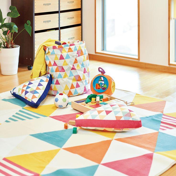 【パイルラグ&ランドリーボックス TRIANGLE/トライアングル】ビタミンカラーでお部屋が明るくなる♪北欧風の三角柄がかわいいパイルラグ&ランドリーボックス。ラグは、これからの季節にうれしい洗えるタイプです。■カラー:ピンク/ブルー ■取扱サイズ:約130×180cm【約1.5畳】/約180×180cm【約2畳】/約180×240cm【約3畳】