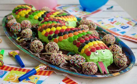 Vill du göra succé på nästa barnkalas? Ja då ska du baka en slingrig och färgglad ormtårta. Barnens glädje och stora nyfikna ögon när denna tårta dukades fram var oslagbar. En tårta som sätter igång fantasin hos de små. Det som gör det hela ännu bättre att den inte är svår att baka. Ormtårta, ca 30 bitar Till 1 rulltårta behöver du (du ska göra 2 stycken): 3 ägg 2 dl socker 2 dl vetemjöl 2 tsk bakpulver 1 tsk vaniljsocker 0,5 dl mjölk Några droppar hushållsfärg Fyllning: 2 dl sylt eller…