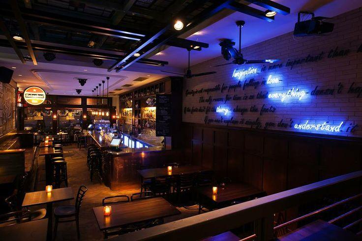Bar eetcafé Einstein in Leiden. Gezellig no nonsense café met zeer vriendelijke bediening aan de Nieuwe Rijn