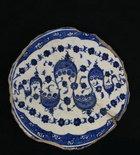 Dish Iznik, Turkey ca. 1520 Fritware, underglaze painted in cobalt blue, glazed London, V, C.572-1917
