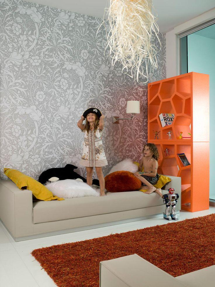 Выбираем обои для детской комнаты девочки: 85+ фото избранных идей и основные рекомендации http://happymodern.ru/oboi-dlya-detskoj-komnaty-dlya-devochek-foto/ Светло-серые нейтральные обои в просторной детской