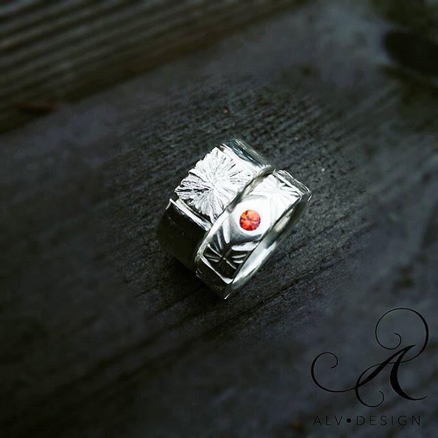 Vackra Eddan tillsammans med ELDA orange safir, en vacker kombination Valentines Day närmar sig! Se mer av våra handgjorda unika silverringar i webbutiken www.alvdesign.se  Välkomna att se våra erbjudanden och kampanjer!