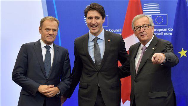 Le Canada et l'Union européenne ont signé dimanche une entente de libre-échange négociée sur sept ans qui supprimera 99 % des droits de douane entre les deux entités. L'accord a bien failli ne pas voir le jour, la région belge de la Wallonie n'ayant accepté qu'à la dernière minute de l'appuyer.