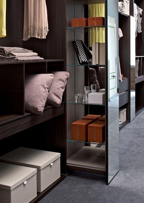Habitat di Estel permette di creare nella stessa composizione moduli di contenimento a giorno con e senza schiene, moduli chiusi da ante, molto utile anche per camerette e librerie zona giorno.