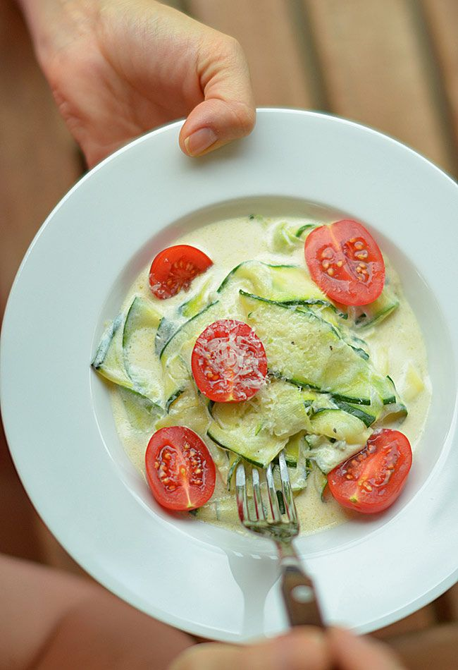 Makaron z cukinii w sosie śmietanowo-serowym - prawie fit ;)KŁADNIKI  małe cukinie o łącznej wadze ok. 1 kg (5-7 sztuk) 1 szklanka (250 ml) słodkiej śmietanki 12% 10 dag sera pleśniowego (typu rokpol lub roquefort) 3 ząbki czosnku 1/2 łyżki masła sól świeżo zmielony czarny pieprz  do podania: świeżo starty parmezan pomidorki koktajlowe