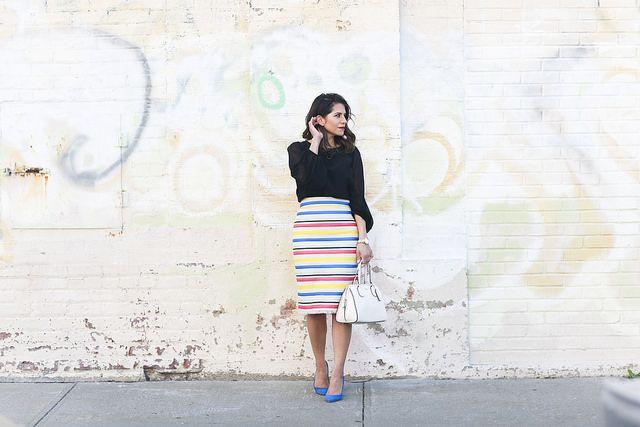 Jcrew юбка-красочные-полоски-голубые каблуки-что надеть на работу, корпоративный наряд-thredup-corproate дефиле-клуб монако рубашка-черный top3