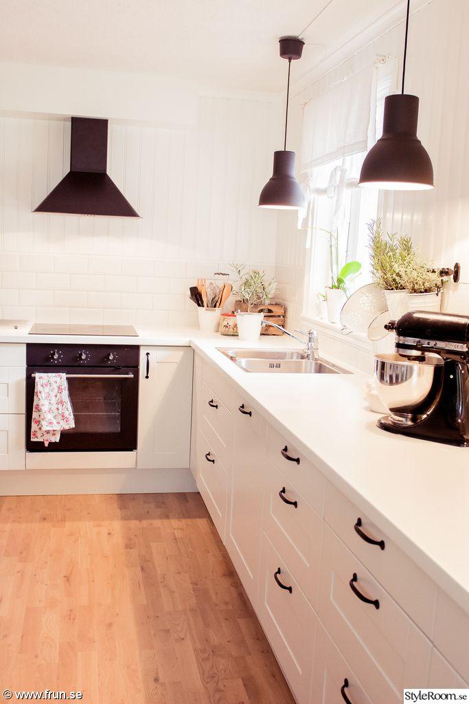 lantligt kök,svarta lampor,vit bänkskiva,lantligt,lantligt vitt,tallrikshylla,balkar i taket,svart fläkt,inbyggd ugn