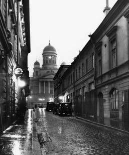 Sofiegatan 1930. Caféet Malta till vänster, domkyrkan i bakgrunden. Foto: R. Roos. © Helsingfors stadsmuseum.