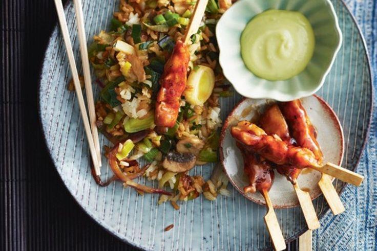 Recept voor: Japanse groenterijst met yakitori | 1. Kook de rijst volgens de aanwijzingen op de verpakking. Verhit de olie in een wok. Bak de prei en de roerbakmix 5-6 min., tot de groenten beetgaar zijn. Breng op smaak met de sojasaus en peper. 2. Verwarm intussen de  …