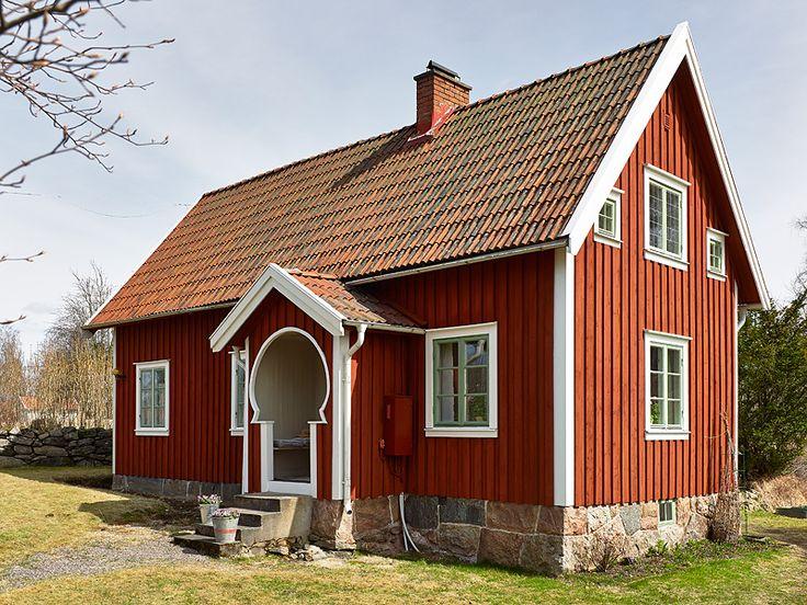 My little Finnish home. Found here: http://keltainentalorannalla.blogspot.ca/2013/05/mokkisisustuksia.html