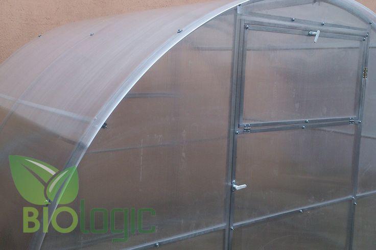 Tuinkas Bio-Logic 3D 3x6m met Polycarbonaat Actual Bio  Tuinkas 3D is ontworpen om de beste omstandigheden te creëren voor het opkweken van planten bloemen en groenten in uw tuin.De boogvormige tuinkas wordt geleverd als een frame van gegalvaniseerde buizen van 30x20 mm en kan bedekt worden met bio-polycarbonaat. Om een maximale stevigheid te garanderen zijn de uiteinden volledig gelast en bestaan de bogen uit één geheel zonder verbindingsstukken.Alle constructies hebben aan de uiteinden…