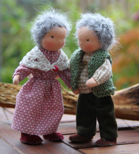 Die Großmutter und Großvater sind 5,5 groß  Sie sind alle aus Sheepswool um ein Skelett von Pipecleaners gemacht, die macht sie sehr posable.  Ihre