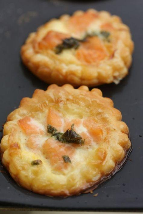 Mini-tartelettes au saumon : 1 abaisse de pâte feuilletée, saumon fumé ou frais en dés, un peu de crème fraîche, 1-2 œufs, aneth, gruyère râpé. Préchauffer le four à 180°.  Dans 1 bol, mélanger l'œuf, la crème, l'aneth et le gruyère, saler et poivrer. Couper des ronds d'env. 5 cm de diamètre. Garnir du mélange, déposer les dés de saumon, enfourner env. 20 minutes. Servir tiède.