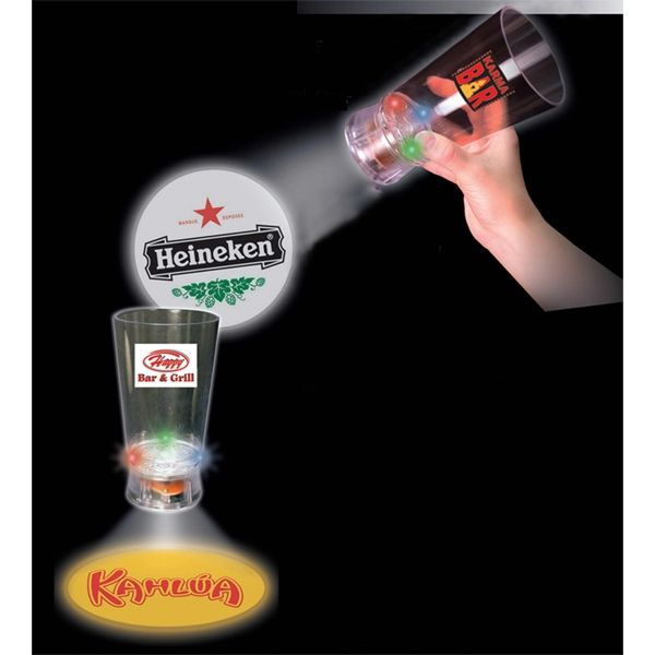 Bierglas met logoprojectie Bij 101 relatiegeschenken kan er op vele manieren glas worden bedrukt. Voorbeelden hiervan zijn een bierglas met een eigen tekst laten drukken, glazen met een bedrijfsnaam bedrukken of een wijnglazenset met reclame. #uniek #geschenk
