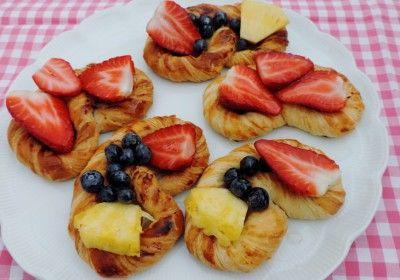 Heerlijk koffiebroodje een krakeling met vers fruit