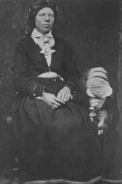 Digitalt Museum - Portrett av Marit Smeland og en liten pike, Lognsvatnsbygda ca. 1882. Åseral, Vest-Agder.