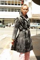 Frau mit schwarzem Mantel in Windhoek, 1974 Czychowski/Timeline Images #style #fashion #vintage #Nostalgie #nostalgisch #70er #70ies #1970er #Karakulmantel #Breitschwanz #Model #Modefotografie