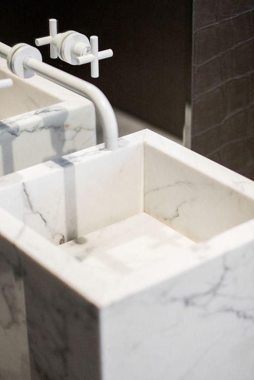Nowoczesna marmurowa umywalka. Modern marble sink.