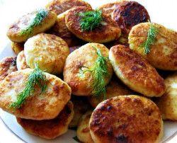Składniki: 8-10 ziemniaków, 2 jajka, 3 łyżki mąki, 1 cebula, 3 łyżki masła, 4 łyżki śmietany, sól i pieprz do smaku, koperek, olej roślinny do smażenia. Ziemniaki obrać, umyć i