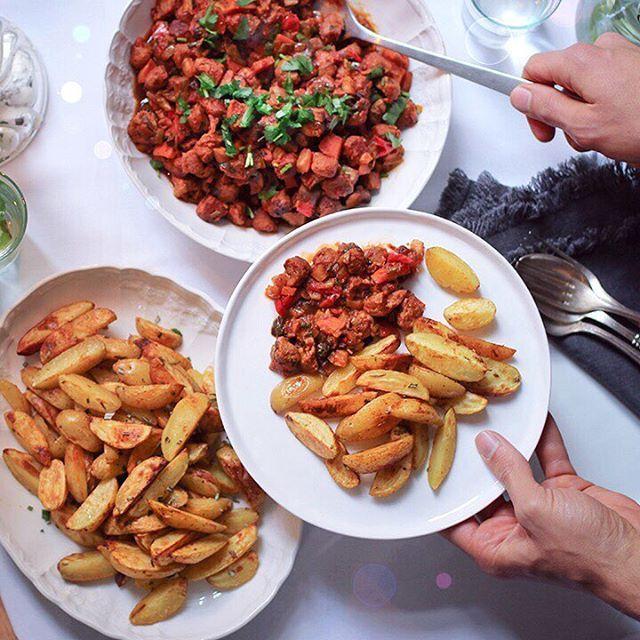 Heute gibt es auf meinem Blog mal richtig deftig-herzhaftes Essen: Veganes Schmorgulasch mit Rosmarin-Kartoffel-Wedges 😁🙌🏻 Schließlich bin ich gerade in Bayern und Österreich unterwegs und das geht natürlich auch vegan 😜👌🏻Das schmeckt nicht nur mega gut, sondern ist auch genau das Richtige für ein kaltes November-Wochenende 🤸♀️ Das Rezept findet Ihr auf www.veggi.es #vegan #leagreen #gulaschvegan #deftig #familytime